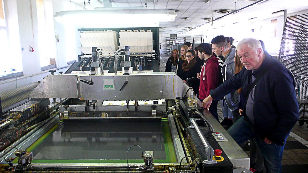 Studenti P2 na exkurzi v sítotiskové tiskárně Hradištko v rámci výuky technologie tisku.