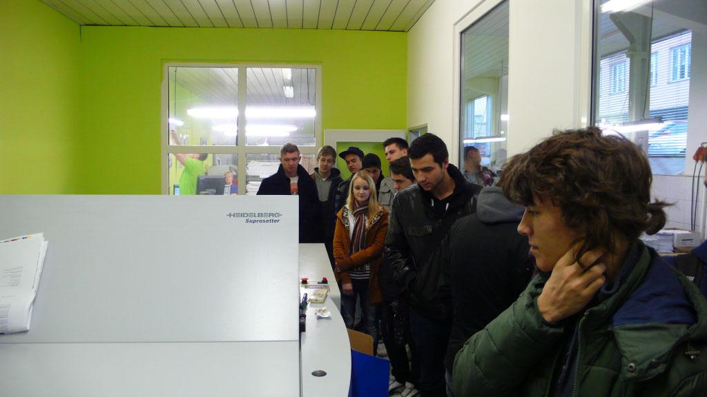 Studenti P3 na exkurzi v ofsetové tiskárně Tiskpap v rámci výuky technologie tisku.