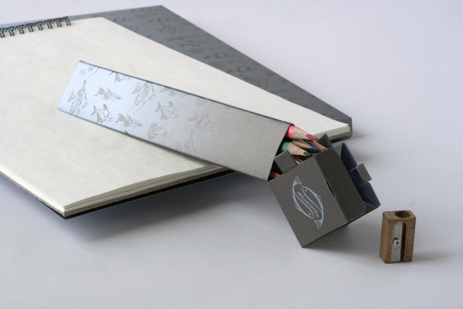 Krabička na pastelky jako propagační předmět + desky na skicák<br> 2. ročník, 2020/2021 <br> klauzurní práce <br> K realizaci práce byly použity technologie: digitální tisk na stroji Mimaki a řezací plotr Kongsberg.