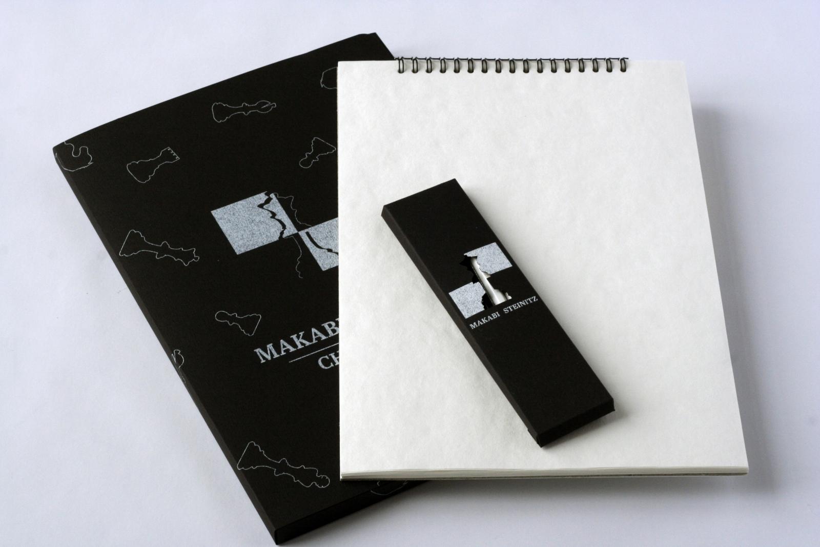 Krabička na pastelky jako propagační předmět + desky na skicák<br> 2. ročník, 2020/2021 <br> klauzurní práce <br> K realizaci práce byly použity technologie: digitální tisk na stroji Mimaki a Minolta, řezací plotr Kongsberg.
