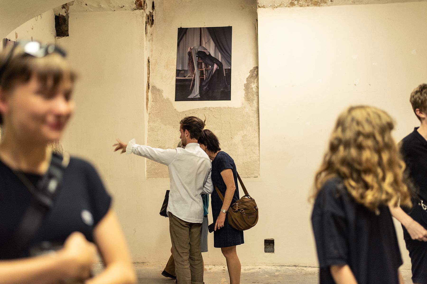 vernisáž výstavy<br>10—17. 7. 2021<br>Kampus Hybernská (998/4)<br>Sklep E