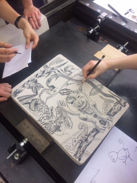 G1A 02 – společná kresba na jeden kámen <br> Vedoucí workshopu Petr Korbelář <br>a Ak.mal. Milan Erazim