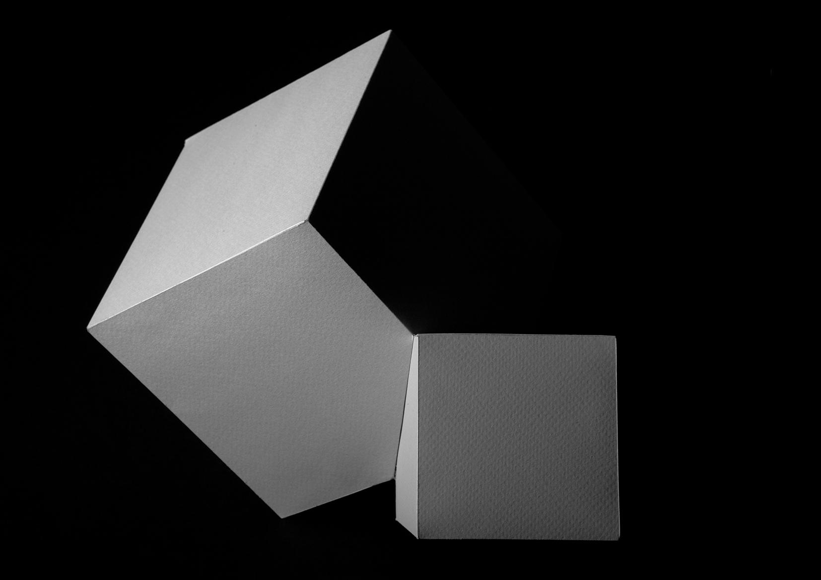 tvarová studie z papíru<br>(intervence do tvaru krychle)<br> závěrečná práce v předmětu <br>Prostorová a materiálová cvičení<br>1. ročník | 2018/19