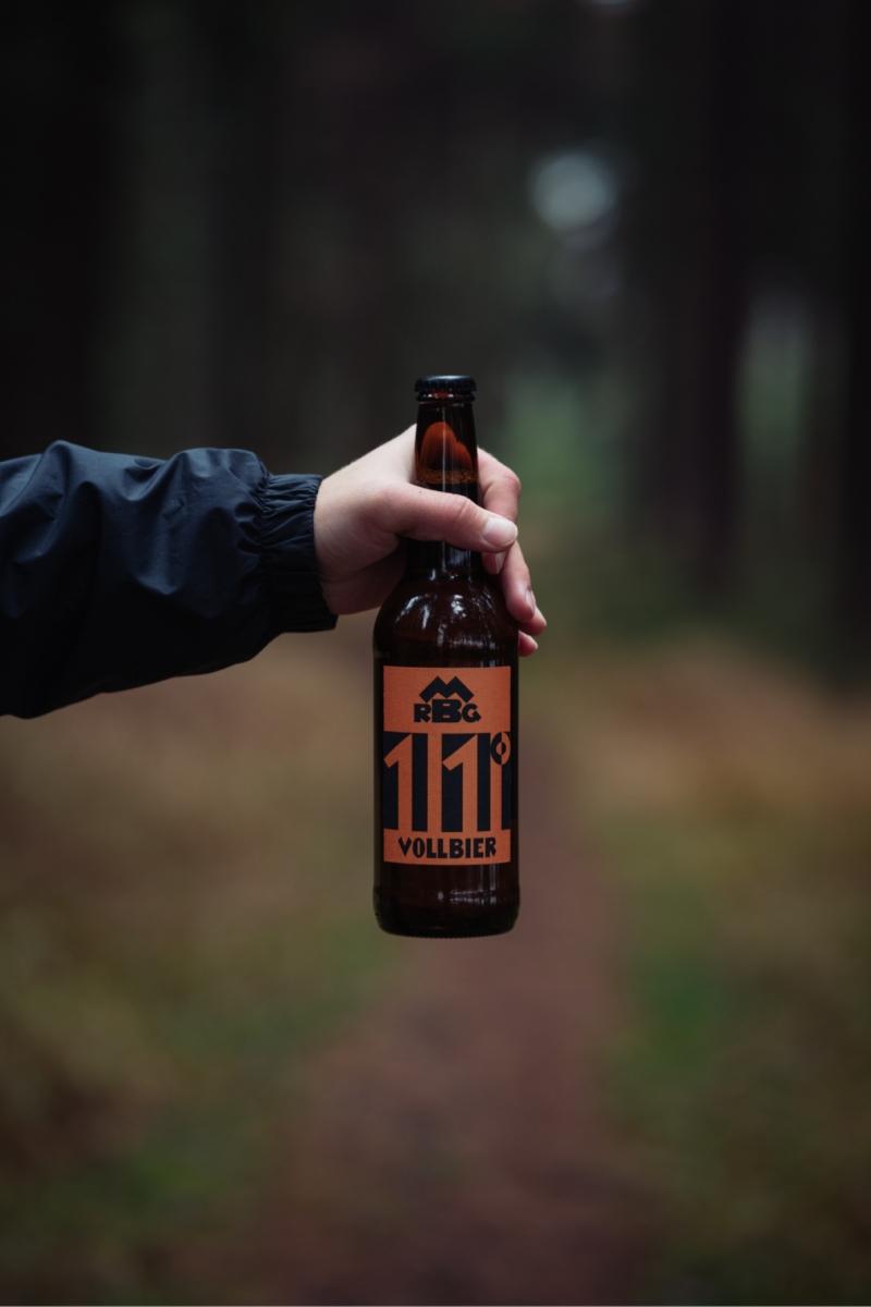 značky, autorského písma a obalů (láhev, etiketa, přepravka) pro historicky existující pivovar RMGB Maffersdorf Gablonz.<br> Fotografie: Jakub Malinovský @rasptheberry<br> semestrální práce | 2. ročník<br> 2020/21 G2A 01